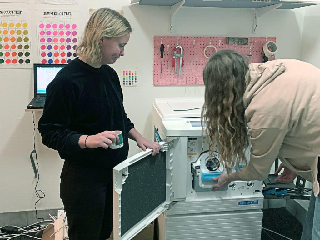 Ena grundaren Anna tittar på när en workshop deltagare tar ut en färgtrumma